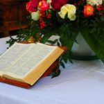 bibel_auf_am_tisch_mit_blumen.jpg